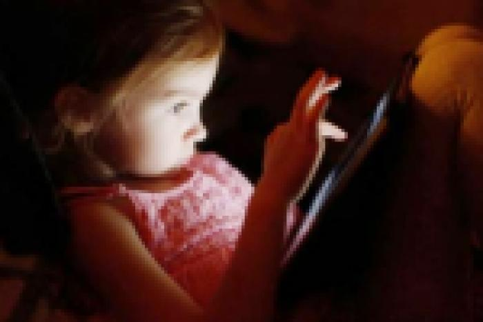 Bedtime smartphone use may affect child's sleep and health!