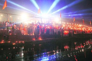 First-Ever Yamuna Maha Aarti In Delhi },{First-Ever Yamuna Maha Aarti In Delhi