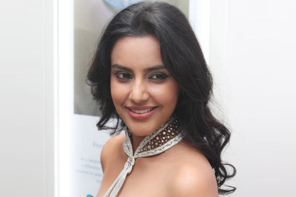Priya Anand signs opposite Puneeth for Rajakumara},{Priya Anand signs opposite Puneeth for Rajakumara